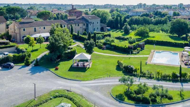 Le Colombaie is a former convent of the 18th century, offering views of the Tuscan countryside, rustic accommodations with free Wi-Fi, and free parking. It features an on-site golf putting green.